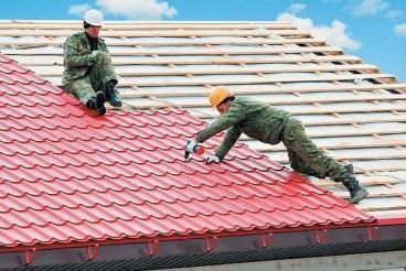 Работа кровельщика (покрытие крыши рубероидом):