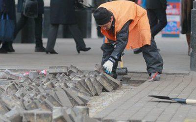 Робота при укладанні бруківкі на дорогах:
