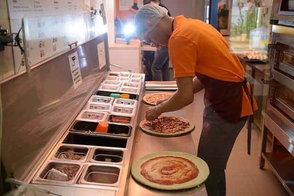 Работа в пиццерии (приготовление пиццы):